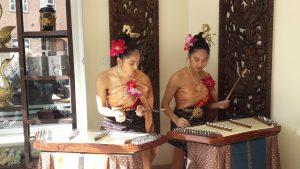 zwei thailändische Mädchen am traditionellen Musikinstrument Ti Kim
